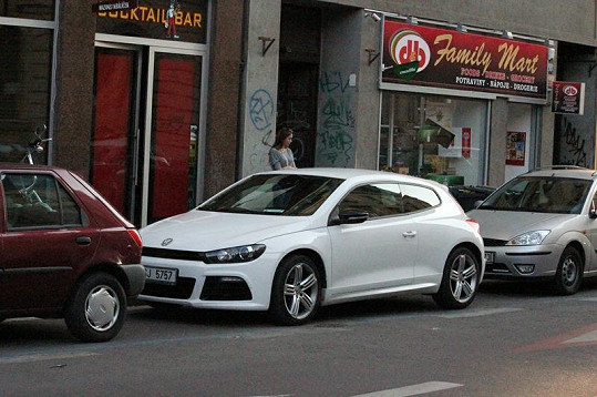 Auto Milana Drobného parkuje v modré zóně.