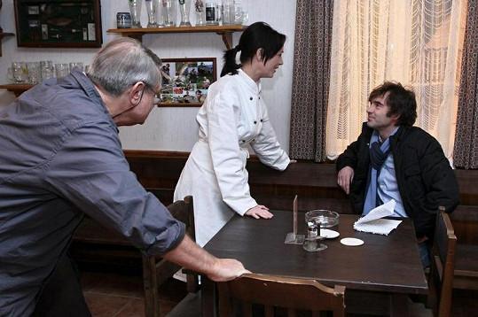 Herci Pavel Řezníček a Tereza Kostková a režisér Jiří Adamec na place.