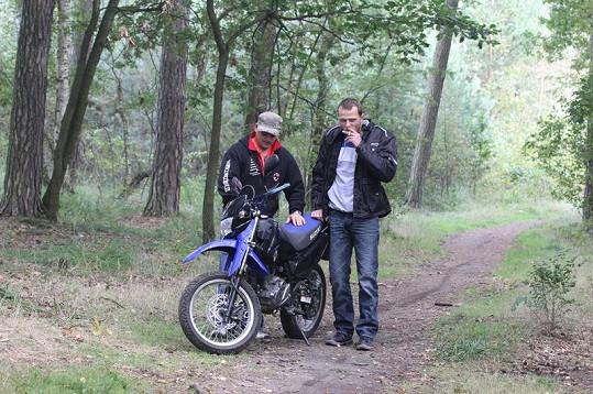 Kaskadér Honza Holub připravuje Lukošovi Langmajerovi motorku.