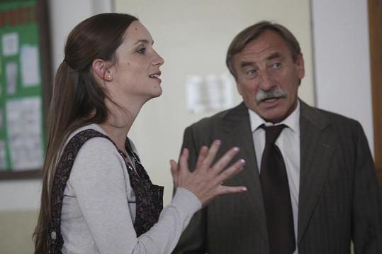 Hanka Vagnerová (Zuzka) a Pavel Zedníček (ředitel) v akci.