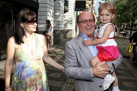 Petr Janda s manželkou Alicí a dcerou Anežkou přicházejí na narozeninovou párty.