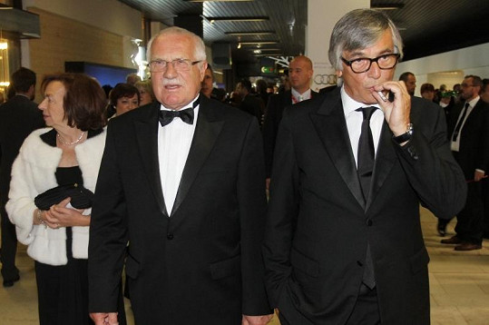 Václav Klaus a Jiří Bartoška ve smokingu s kravatou