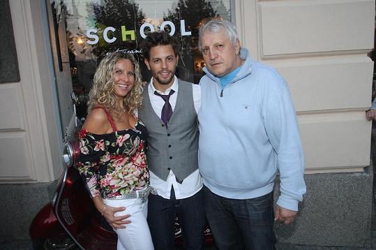 Jan Charouz s rodiči na párty.
