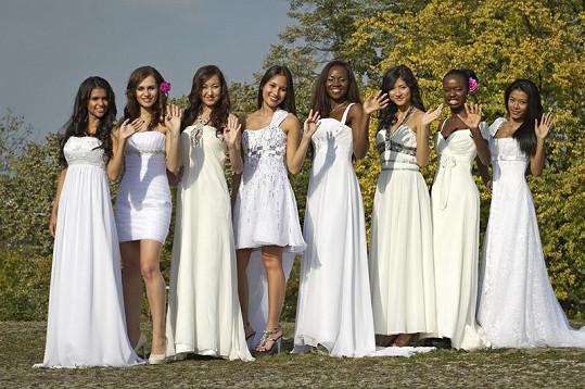 To jsou nejkrásnější cizinky Česka - zleva Paula Alejandra Gonzalez z Kolumbie, Šorena Alanija z Gruzie, Togi Burmaa z Mongolska, Monika Sotheavy Spáčilová z Kambodže, Joy Omorogieva z Nigérie, Tran Thi Linh z Vietnamu, Joana Angolares z Angoly a Slamet Wahyuni z Indonésie.