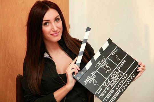 Modelka si vyzkoušela úlohu herečky, asistentky režie i klapky.