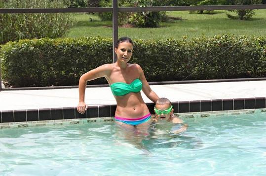Gábina s Kristiánem v bazénu.