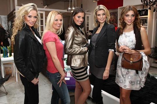 Iveta Lutovská, Kateřina Kristelová, Tereza Budková, Denisa Domanská a Martina Gavriely na módní show.