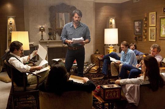Ben Affleck coby Tony Mendez a šest zajatých Američanů.