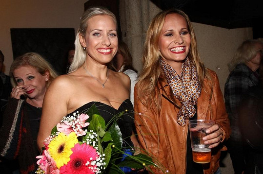 Tereza Mátlová a Monika Absolonová se dobře bavily, přestože celý večer pršelo.