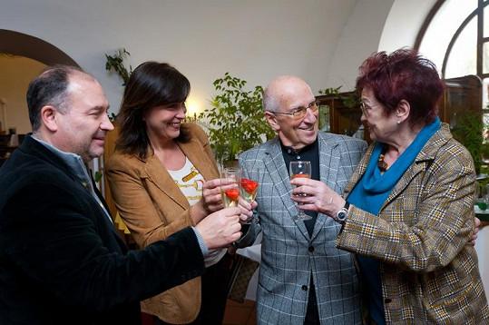S manželi Davidovými dorazila na oslavu i Marcelina maminka.