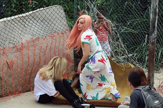 Gaga si užívala odpoledne s dětmi.