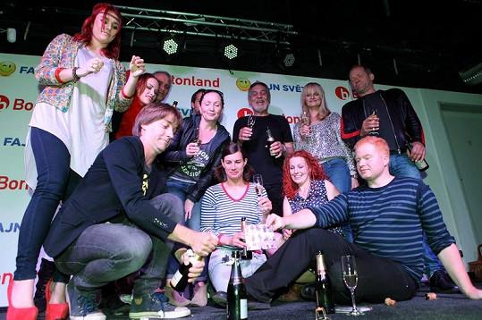 Ewa s dalšími interprety a autory cédéčka Blázinec.