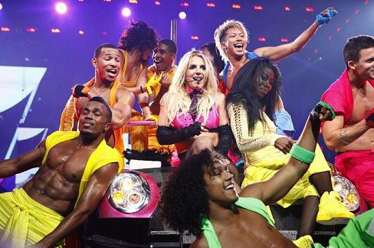Zpěvačka a tanečníci na koncertě v Michiganu.