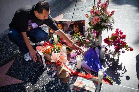 Fanoušci kladou květiny k Donnině hvězdě na hollywoodském Chodníku slávy.