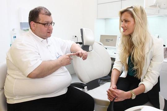 Linda Bartošová konzultuje své mezery mezi zuby.