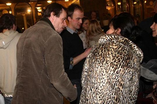 Karel Roden s partnerkou Janou, která dorazila ve výrazném kožichu.