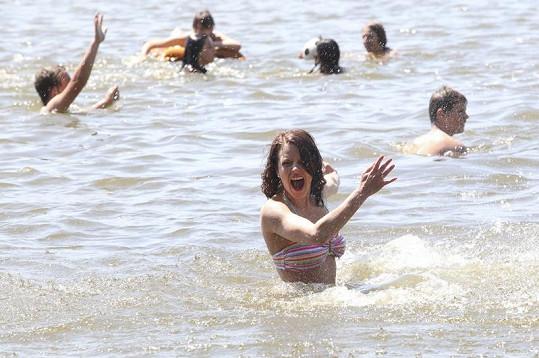 Léto je tady. Andrea vodu evidentně miluje.