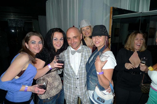 Kromě natáčení klipu vystupoval Burian v Los Angeles na známé Mansion party.