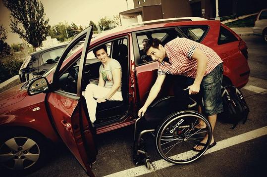 Martin Písařík pomáhá do auta Jitce Burianové.