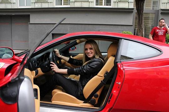 Ferrari Gabriele Gunčíkové opravdu sluší.