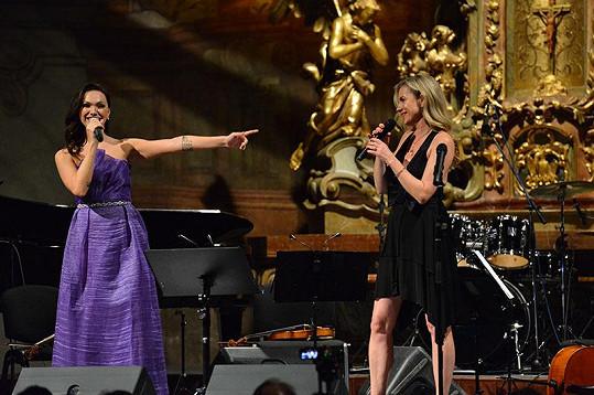 S Leonou si na pódiu i zazpívala.