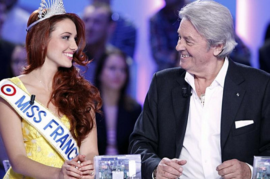 Alain Delon má stále rád přítomnost krásných žen.