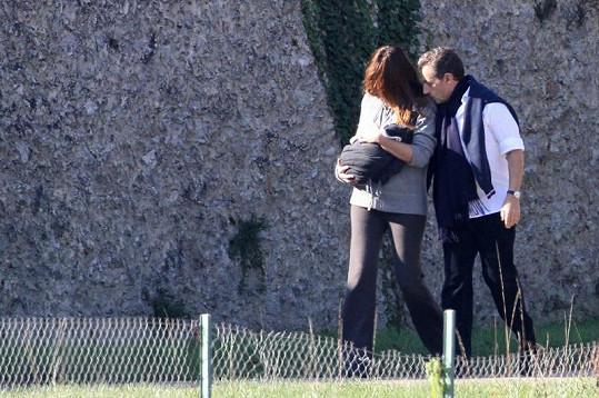 Šťastný otec Sarkozy si prohlíží svou dcerku Giuliu.
