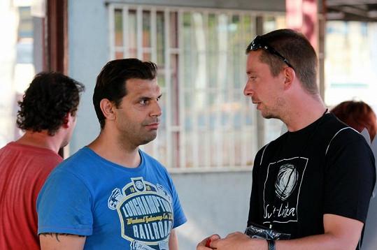 Muž na ulici se zajímal, zda by mu pošťák Ondra nenašel rodinu.