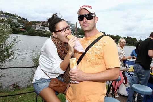 S přítelkyní Nikol Plzákovou si Petr pochutnával na bagetě.