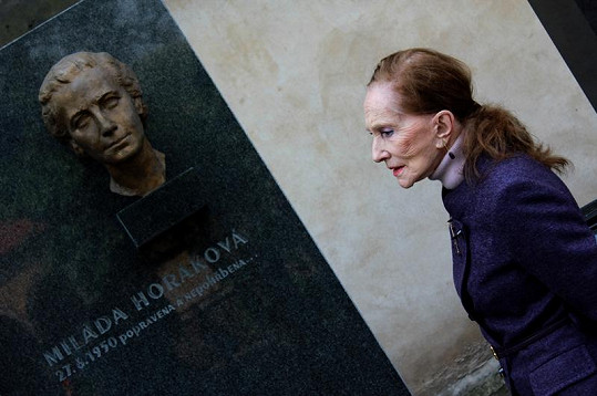 Soňa Červená u hrobu Milady Horákové.