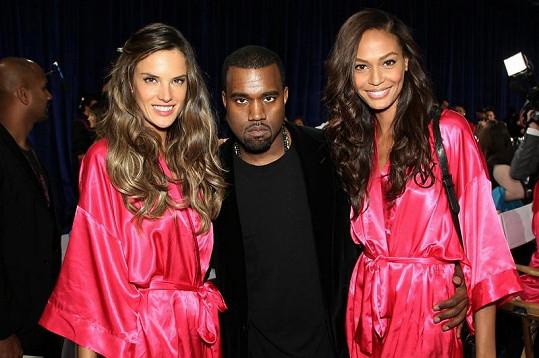 Do zákulisí se dostal i Kanye West. Na snímku s Alessandrou Ambrosio (vlevo) a Joan Smalls.