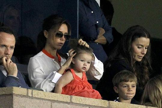 Victoria upravovala vlásky své dceři.
