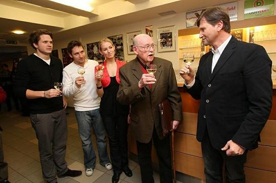 Petra Vraspírová s Martinem Písaříkem a Ondřejem Brzobohatým na vernisáži fotek Lubomíra Lipského, kterou pořádal Jan Hrušínský.