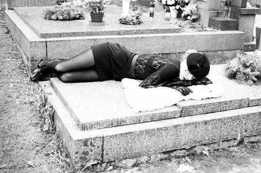 Výstřední focení na hřbitově.