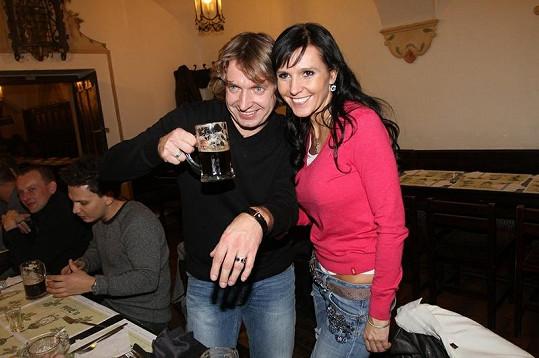 Lídr kapely Dan Dobiáš slavil narozeniny a ukázal náramek, který dostal od přítelkyně Martiny Jandové, se kterou zároveň oslavil rok vztahu.