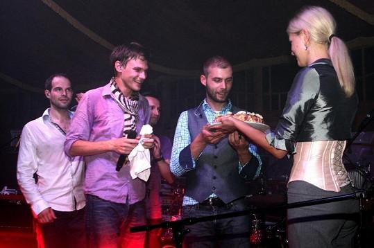Součástí párty byla i narozeninová oslava.