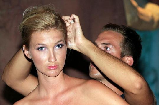 Tomáš Arsov připravuje Mesarošové vlasy na přehlídku v Egyptě.