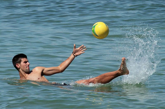 Djokovič to s míči všech velikostí umí.