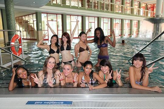 Dívky u bazénu ve Františkových Lázních.