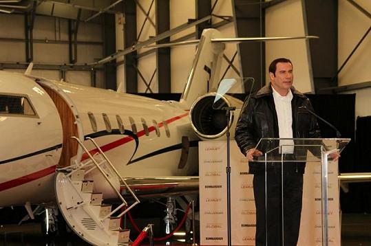 John Travolta předvádí novinářům svůj Bombardier Challenger 601.
