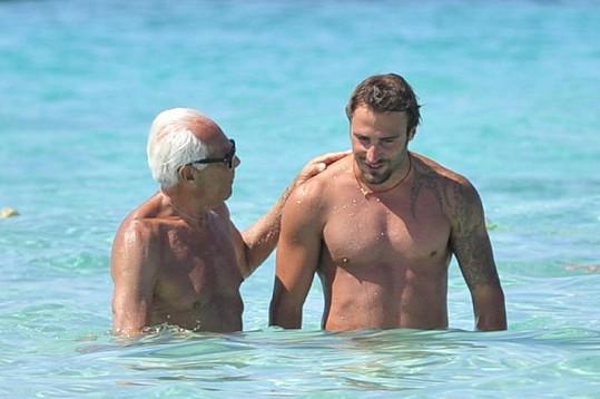 Italský návrhář s mladíkem v moři.