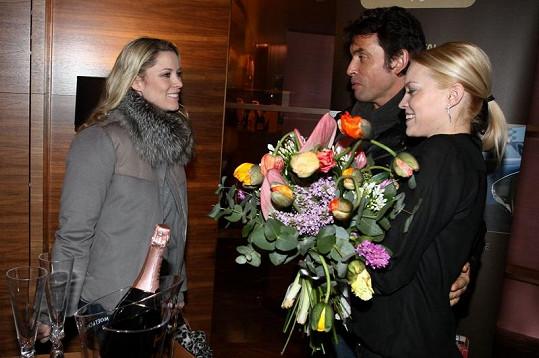 Kieru vítá ředitelka Plesu v Opeře Zuzana Vinzens a její manažer pro Českou a Slovenskou republiku Miro Šimonič.