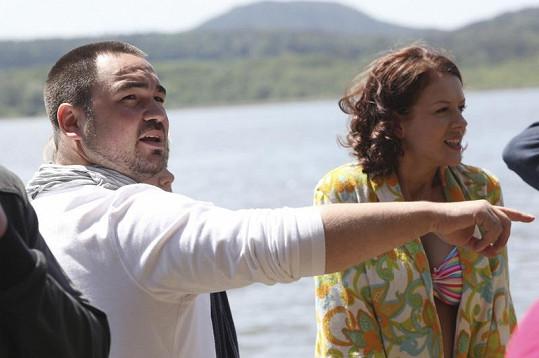 Režisér Biser Arichtev s Andreou Kerestešovou v pauze mezi záběry.