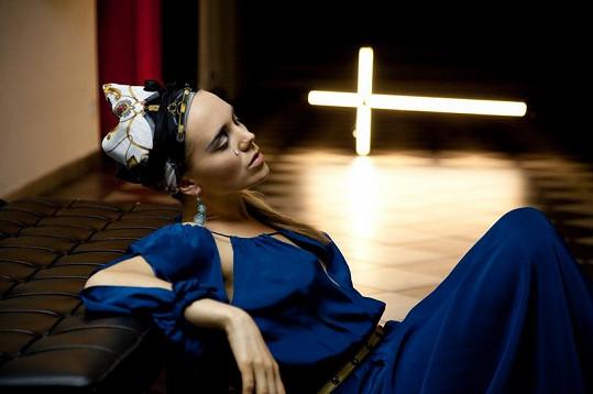 Lucie Vondráčková pod křížem jako Máří Magdalena.