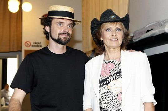 Olga přijela do Prahy se svým synem Waldou, aby vypořádala rodinné záležitosti.