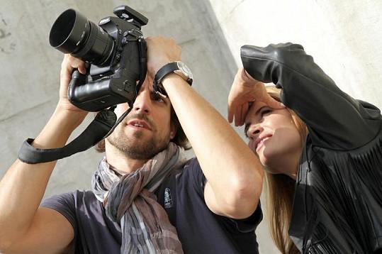 Fotograf Daniel Zahrádka a Danica Jurčová si prohlíží fotografie.