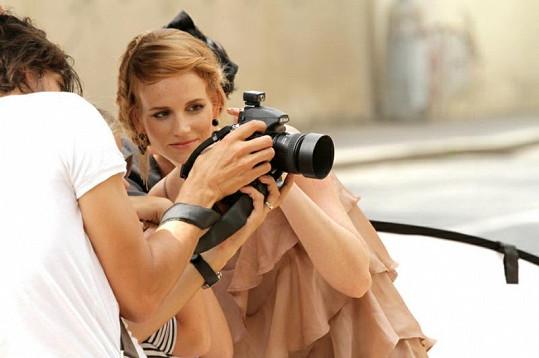 Fotograf Daniel Zahrádka ukazuje Evě fotky.