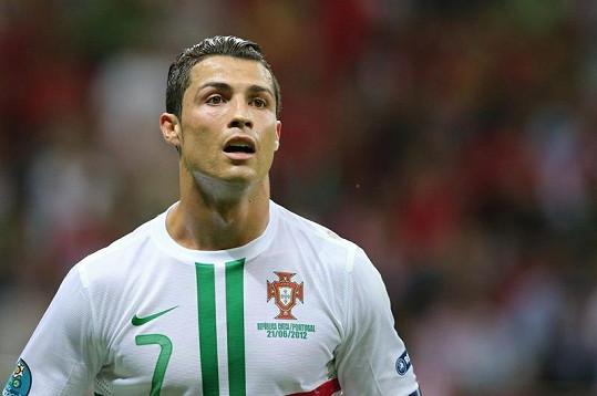 Nagelovaný fotbalista Cristiano Ronaldo při zápasu s Českem.