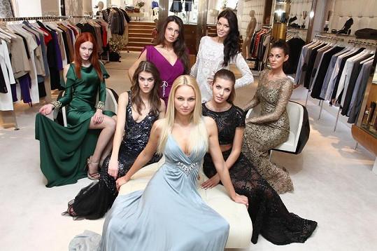 Finalistky České Miss v šatech Temberley London.