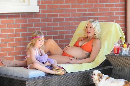 Těhotenství Tori mimořádně sluší.